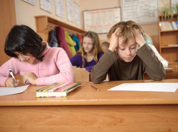 Imagen de niños con PT. Maestro de apoyo, pedagogo y terapeuta