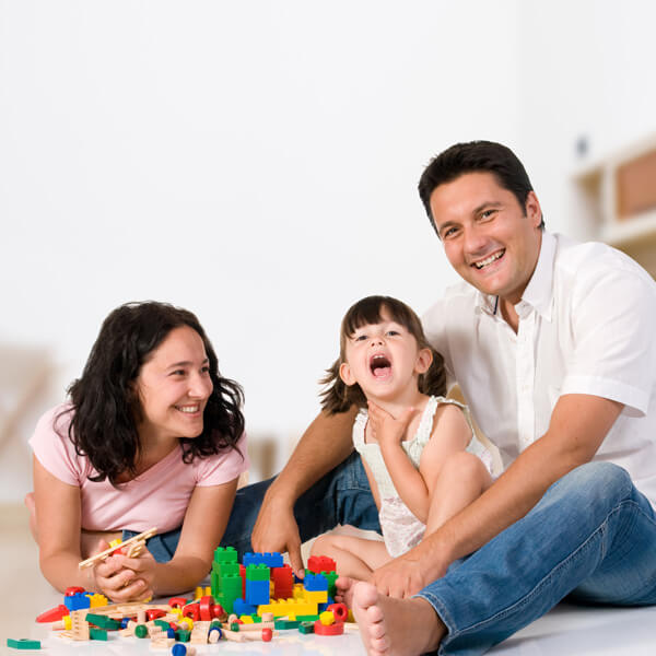 niña jugando padres