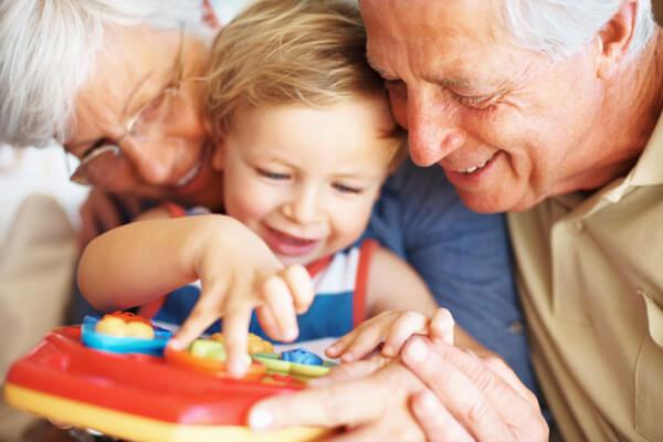 niño jugando abuelos