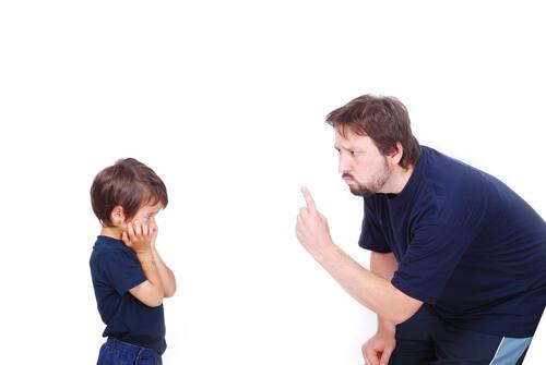 niño regañado papa