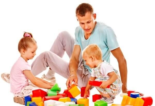 padre y niños jugando