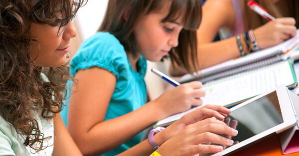 niñas tablet colegio