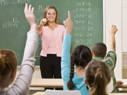 Niños motivados en colegio